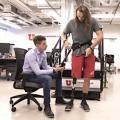 Lenzi (links) hilft beim Anlegen des Exoskeletts (Foto: Dan Hixson, utah.edu)
