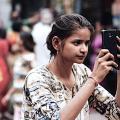 Indische Smartphone-Anwenderin (Bild: CC BY NC 2.0 Adam Cohn)