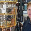 Mit dieser hochkomplexen Apparatur untersucht Sebastian Krinner, wie sich die Fehlerrate von Quantencomputern reduzieren lässt. (Bild: ETH Zürich / D-PHYS / Heidi Hostettler)