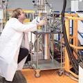 Forscher bei der Arbeit am Toftof-Flugzeitspektrometer (Foto: S. Mast, tum.de)