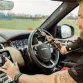 Ormrod am Steuer des Fahrzeugs mit dem neuen System (Foto: jaguarlandrover.com)