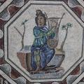 Orpheus in einem antiken Mosaik: Nach der Sage, die Glucks Oper behandelt, trauert Orpheus um seine verstorbene Geliebte Eurydike und stimmt wie hier dargestellt ein Klagelied an (Bild: Pixabay/ Aquilatin)