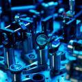 Bildbeschreibung: Versuchsaufbau im Quantenlabor an der ÖAW zur Verschränkung von Lichtteilchen (Photonen). © Klaus Pichler/ÖAW