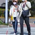 Sehbehinderte an einer Ampel (Foto: Mainichi Shimbun, Osamu Sukagawa)
