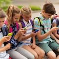 In Frankreich dürfen Schüler Handys nur noch ausserhalb des Schulbereiches nutzen (Symbolbild: Fotolia/ Syda Productions)