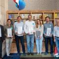 Gruppenbild der Startup Challenge Gewinner mit Swisscom-Chef Urs Schäppi (links)