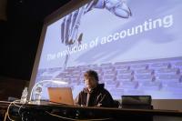 Abacus-CEO Claudio Hintermann bei einem Vortrag (Bild: zVg)