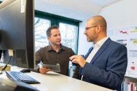 Besprechen die Zukunft: Julian Fröhlich (rechts) im Austausch mit Stefan Perler, Leiter ICT-Betrieb und Infrastruktur BKW Building Solutions (Bild: zVg)