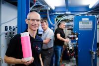 Das Team von Rudolf Hufenus ist weltweit führend bei der Herstellung flüssig gefüllter Fasern. © Empa