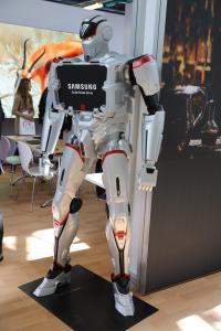 Ein Roboter am Samsung-Stand zog immer wieder die Blicke auf sich (Bild: zVg)